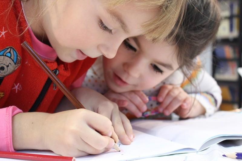 Děti jsou zvídavé a snadno se učí.