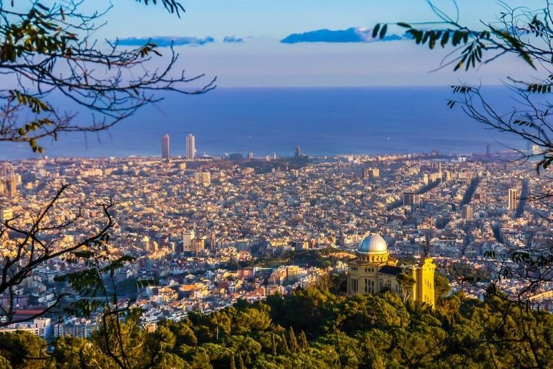 Barcelona je katalánskou metropolí.