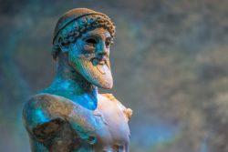Řečtina je starý jazyk. Vyvinula se z antické řečtiny.